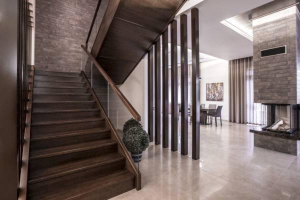Классическая деревянная лестница на тетивах