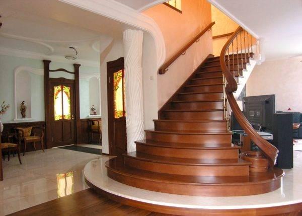 Классические деревянные лестницы не теряют популярности