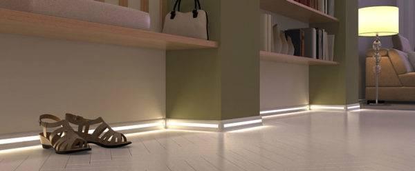 Световой акцент вдоль плинтуса отлично дополняет интерьер комнаты