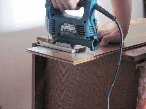 Использование электрического лобзика для резки панелей.