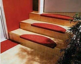 Использование ковролина дает возможность «вписать» лестницу в интерьер