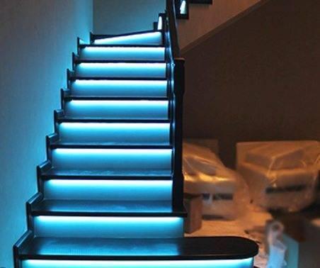 Из тех же соображений лестница должна быть хорошо освещена. В первую очередь - ее первая и последняя ступени.