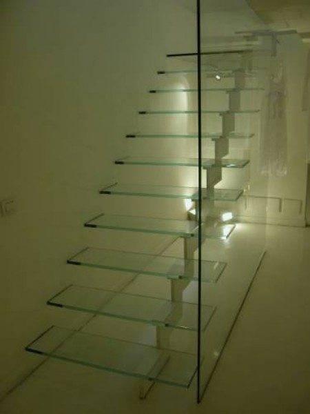 Изделие в стиле хай-тек, изготовленное из стекла