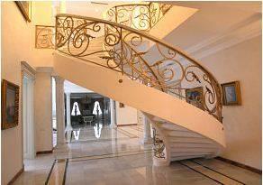 Изогнутая тетивная лестница
