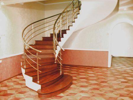 Изящная винтовая лестница, не сразу и скажешь, что она бетонная