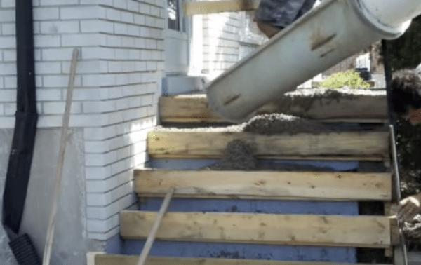 Как правильно залить ступеньки на крыльцо с помощью механизмов