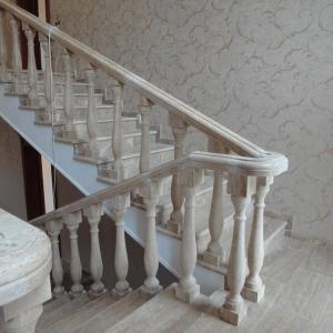 Каменная лестница как часть интерьера