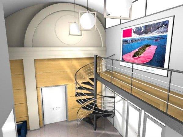 Картина в металлической раме органично сочетается с поручнями лестницы