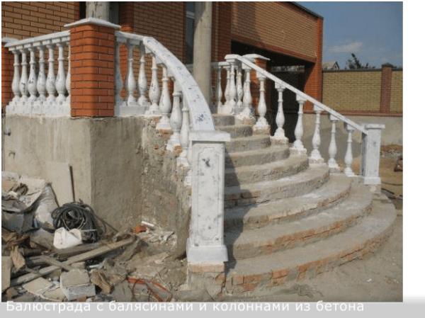 Когда уберут строительный мусор и закончат отделочные работы парадной лестницы, колонны и перила из бетона придадут фасадной части здания респектабельность.