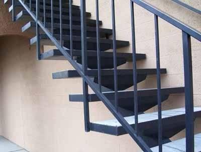 Конструкция довольно проста, тем более, когда она основана на одном центральном косоуре, необходимо только согласовать угол подъёма и правильно сориентировать железные перила для лестниц