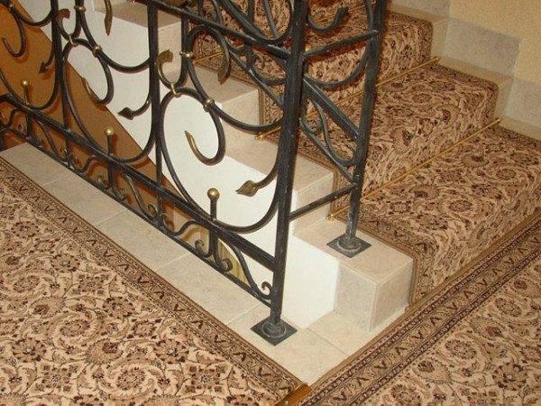 Ковровые дорожки на лестницах способны подчеркнуть важность торжественного момента, праздника или встречи гостей.