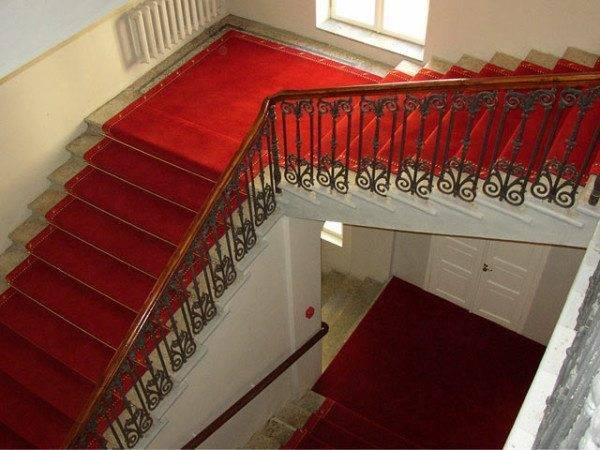 Ковровые покрытия делают лестницу намного солиднее.