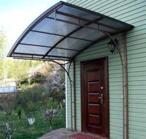 Козырек над дверью из поликарбоната – изящная и простая в изготовлении конструкция
