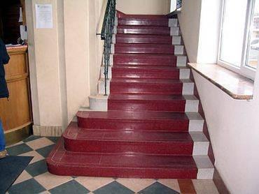 Крашеная бетонная лестница