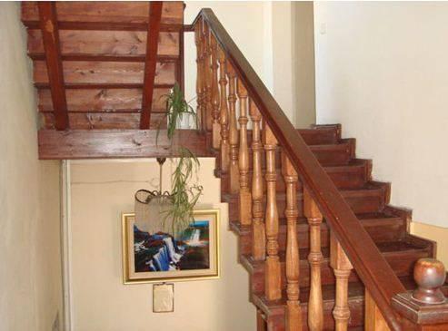 Красивый деревянный подъем гармонично впишется в любое жилище
