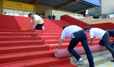 Крепить ковровое покрытие для лестницы можно разными способами.