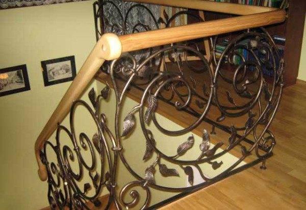 Крепление металлической арматуры к дереву осуществляется при помощи фиксации в области стены и пола