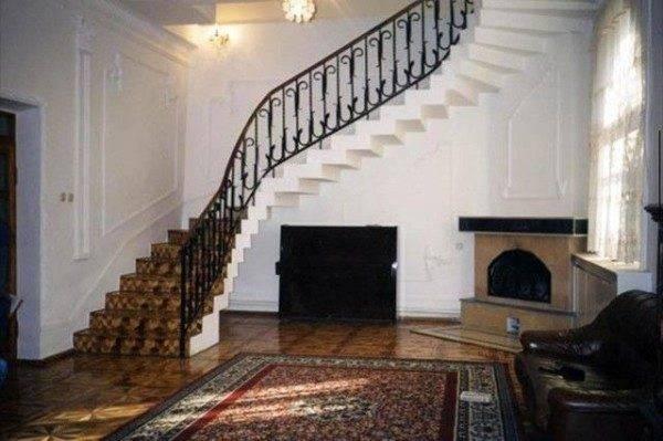 Круговая монолитная лестница, выполненная из бетона.