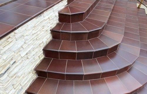 Крыльцо полукругом из бетона облицованное керамической плиткой