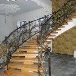 Лестница из бетона с коваными перилами