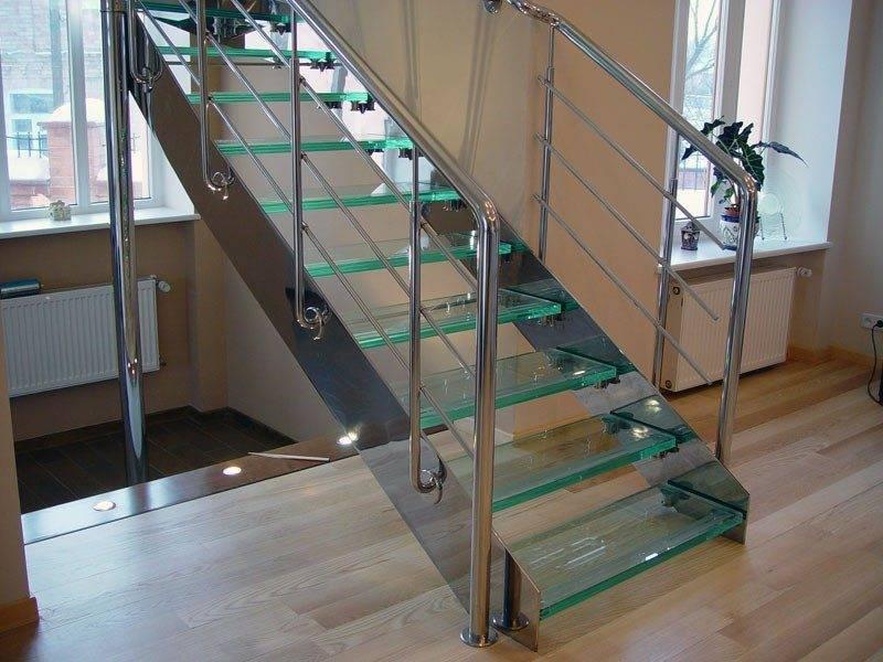 Лестница на тетиве – ступени из закаленного стекла вставлены в специальные пазы