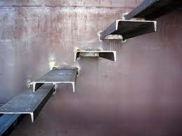 Лестничный каркас в виде бетонированного швеллера