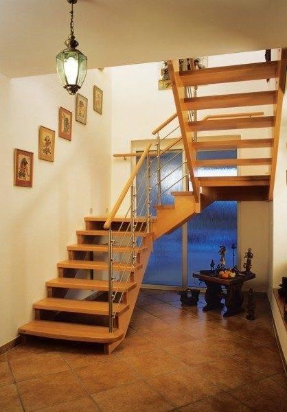 Лестница на косоурах из древесины