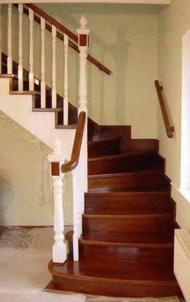 Лестница с дубовыми полированными ступенями