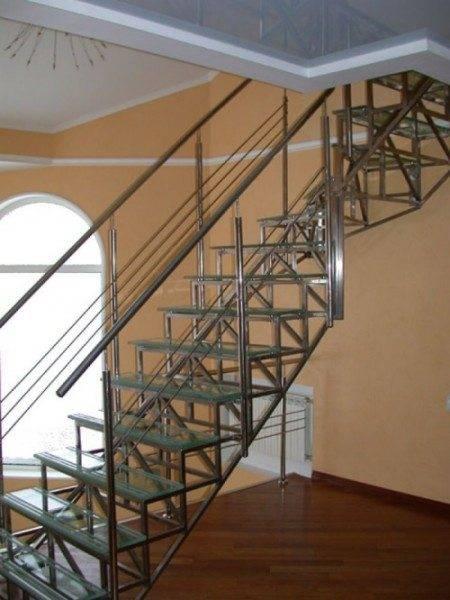 Лестница с металлическим открытым каркасом