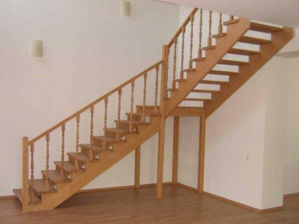 Лестница с поворотной площадкой в углу помещения
