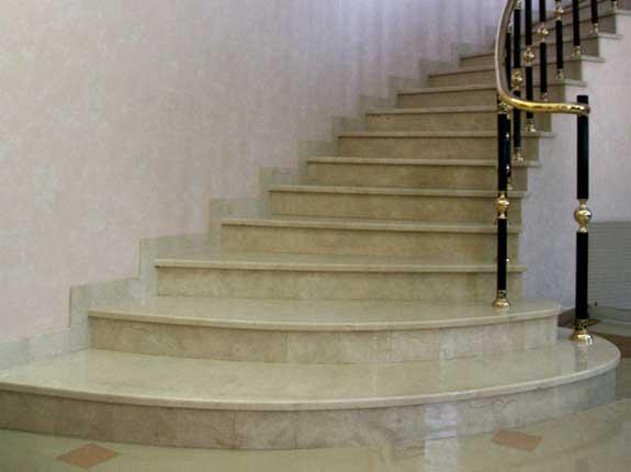 Лестница с забежными мраморными ступенями.