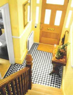 Лестница в прихожей-тамбуре встречает гостей возле порога