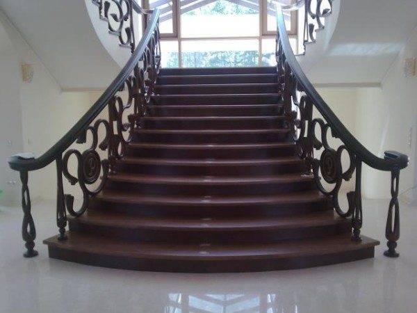 Лестница в загородном доме является достаточно яркой деталью интерьера.
