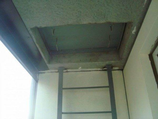 Лестница впритык к стене