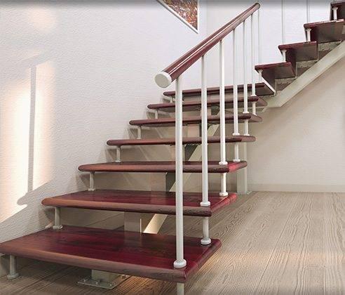Лестница, выполненная из дерева и металла в стиле хай-тек.