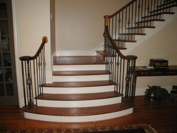 Любительское фото бетонной лестницы с ограждением из кованого железа. Обшитой деревом