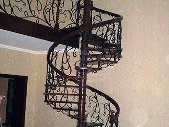 Любительское фото кованой лестницы с накладками из пластика
