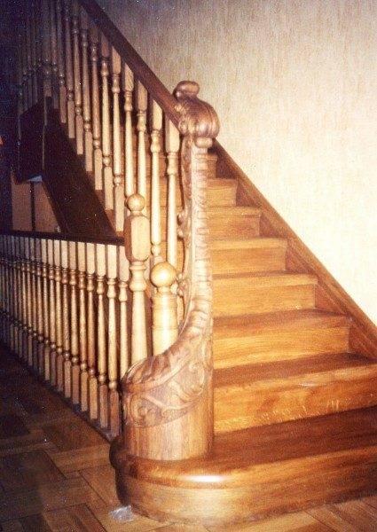 Любительское фото, показывающее простейшее исполнение лестницы в классическом стиле