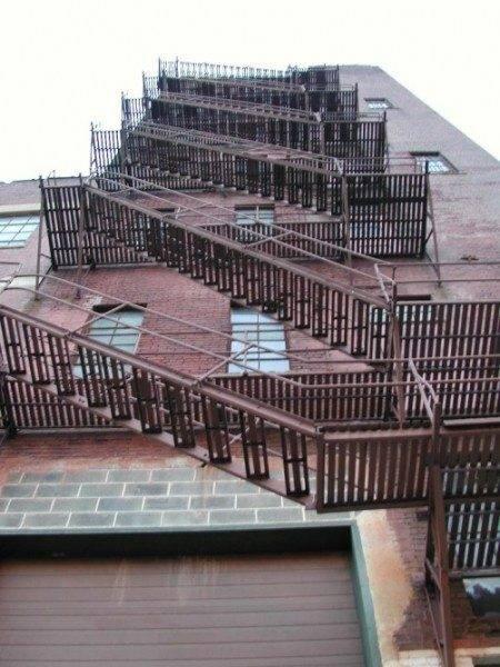 Любительское фото пожарной лестницы состоящей из маршей и площадок