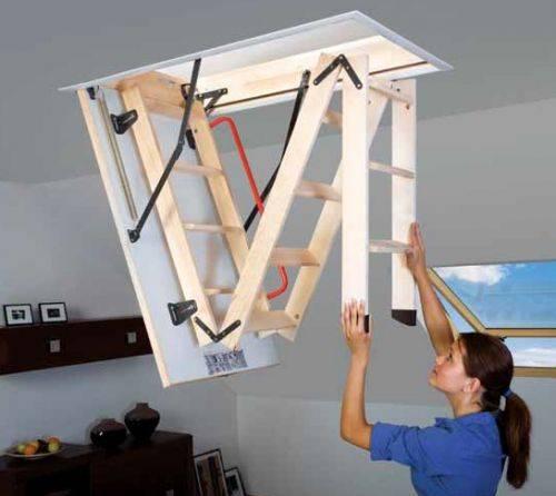 Любительское фото раскладной лестницы с люком, на котором можно детально рассмотреть принцип ее действия и фурнитуру