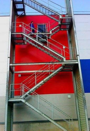 Маршевая наружная пожарная лестница позволяет обеспечить максимальную безопасность спасателей и эвакуируемых людей.