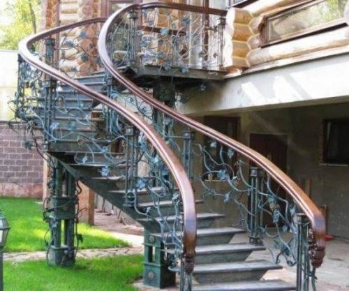 Металлическая лестница изогнутой формы