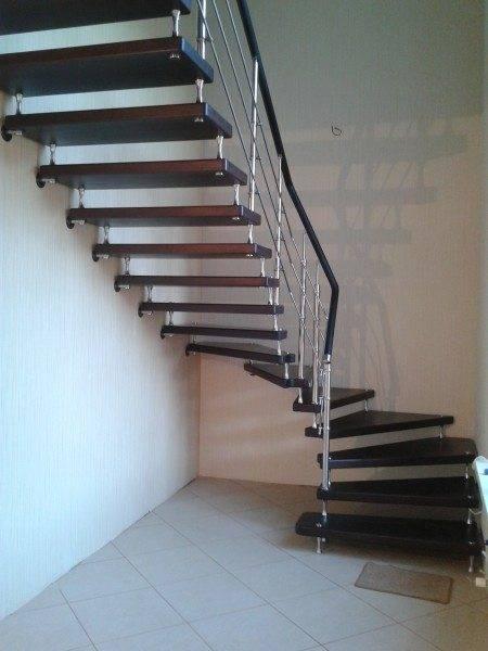 Металлическая лестница на больцах с перилами.