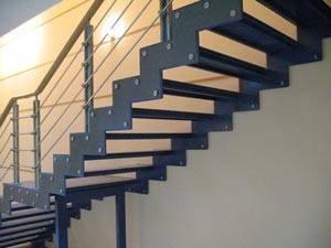 Металлическая лестница на двух косоурах
