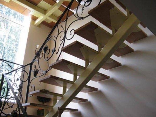 Металлическая лестница на одном косоуре