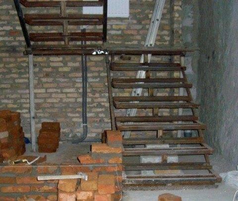 Металлическая лестница по праву считается одной из самых надежных, наравне с ней находится железобетонная конструкция