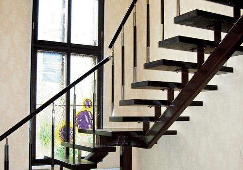 Металлическая лестница с одним косоуром