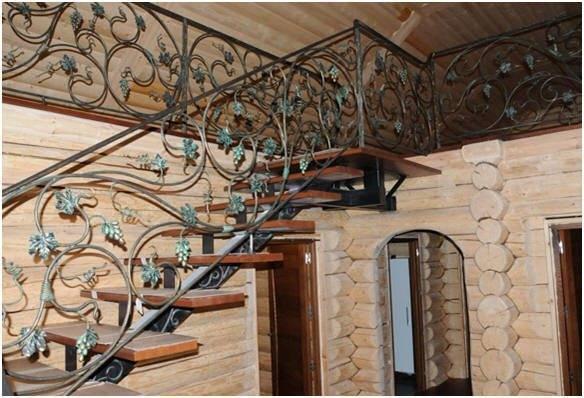 Металлическая лестница в деревянном доме должна иметь только деревянные ступени, иначе – беспорядок с эстетической стороны