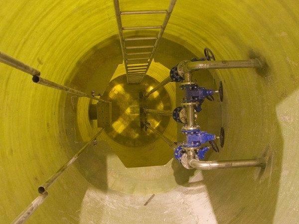 Металлическая лестница в инженерном колодце