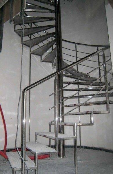 Металлическая винтовая лестница с центральным опорным столбом